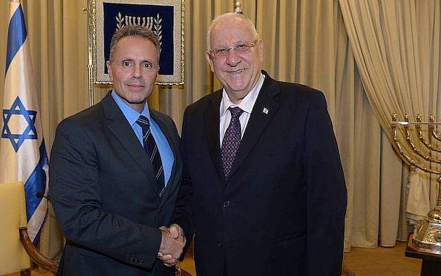 Apple's Johny Srouji , d'Apple, à gauche, aux côtés du président Reuven Riviin (Crédit: Amos Ben Gershom/GPO)