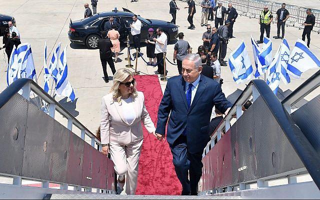 Le Premier ministre Benjamin Netanyahu (à droite) et son épouse Sara montant à bord d'un avion à l'aéroport Ben Gourion avant de partir pour Moscou, en Russie, le 11 juillet 2018. (Kobi Gideon/GPO)