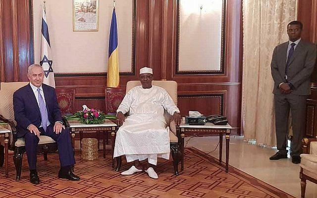 Le Premier ministre  Benjamin Netanyahu, à gauche, et le président du Tchad  Idriss Déby au palais présidentiel de N'Djamena, au Tchad, le 20 janvier 2018 (Crédit : bureau de presse du gouvernement)