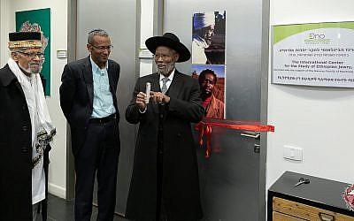 Le rabbin Sharon Shalom, (au centre), et les chefs religieux éthiopiens fixent la mezuzah sur la porte du nouveau Centre international pour l'étude du judaïsme éthiopien au Collège académique Ono à Kiryat Ono, le 6 janvier 2019. (Avec l'aimable autorisation de Ono Academic College)