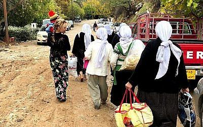 Une femme quitte le temple Yazidi du village de Lalish, en Irak, le 23 novembre 2018. (Jacob Magid/Times of Israel)