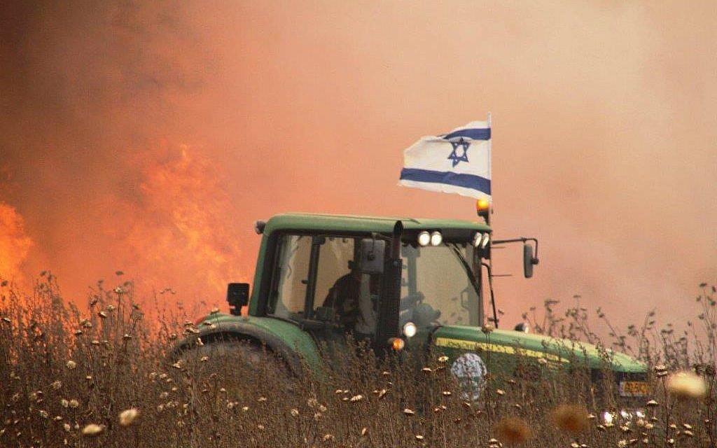 Photo non datée d'un agriculteur israélien de la région de Gaza conduisant son tracteur près d'un champ apparemment incendié par un cerf-volant en feu venant de la bande de Gaza. (Autorisation)