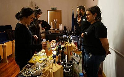 Les Juifs de Belmonte se préparent pour le marché casher, le 14 octobre 2018 (Crédit : Cnaan Liphshiz)