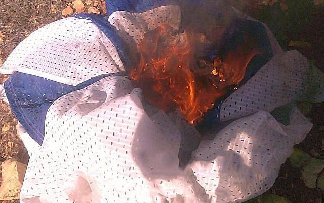 Une photo rendue publique le 6 janvier 2019 par le Shin Bet montrant un drapeau israélien brûlé par des adolescents juifs soupçonnés d'avoir tué une Palestinienne en Cisjordanie (Crédit : Shin Bet)