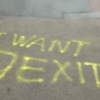 "Un graffiti disant  ""I Want Jexit"" aux abords du garage Shalom Tire and Auto Repair à Washington, le 18 janvier 2019 (Capture d'écran : WJLA-ABC 7)"