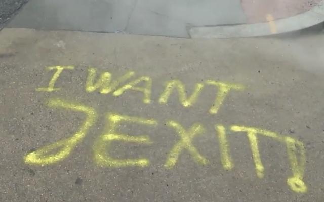 """Un graffiti disant  """"I Want Jexit"""" aux abords du garage Shalom Tire and Auto Repair à Washington, le 18 janvier 2019 (Capture d'écran : WJLA-ABC 7)"""