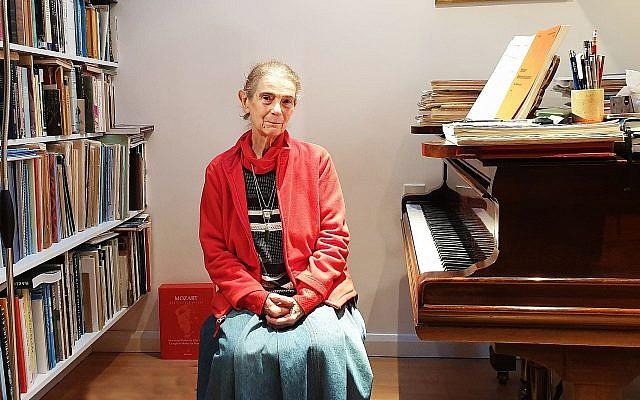 Nelly Ben-Or assise devant l'un de ses deux pianos dans sa maison de Londres, le 13 décembre 2018 (Crédit : Cnaan Liphshiz)