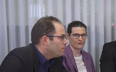 Capture d'écran d'une vidéo des membres du nouveau Likud Nir Hirschman (à gauche) et Hadar Weisman. (Douzième chaîne)