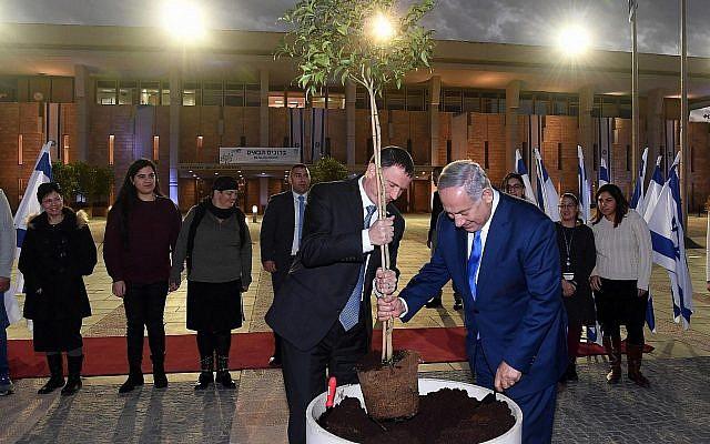 Le président de la Knesset Yuli Edelstein (à gauche) et le Premier ministre Benjamin Netanyahu plantent un arbre à la Knesset, le 21 janvier 2019. (Crédit : Haim Zach/GPO)