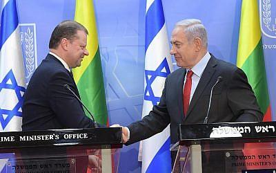 Le Premier ministre Benjamin Netanyahu (à droite) rencontre le Premier ministre lituanien Saulius Skvernelis à Jérusalem, 29 janvier 2019 (Amos Ben-Gershom/GPO)