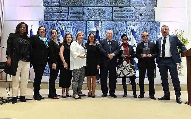 Le président Reuven Rivlin (4e à gauche) accueille un événement dans sa résidence officielle à Jérusalem le 3 janvier 2019, pour lutter contre les violences faites aux femmes. À sa gauche la députée Pnina Tamano-Shata. (Mark Neiman/GPO)