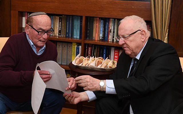 """Le survivant de la Shoah de 88 ans David """"Dugo"""" Leitner, à gauche, et le président  Reuven Rivlin à la résidence du président de Jérusalem pour un déjeuner de falafel le 17 janvier 2019 (Crédit : Mark Neiman/GPO)"""