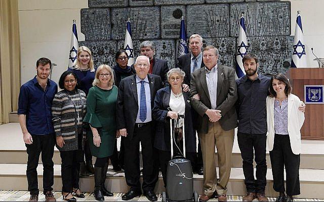 Le président Reuven Rivlin et son épouse Nechama, au centre, avec les familles endeuillées des membres d'équipage de la navette spatiale Columbia, le 27 janvier 2019. (Crédit : Amos Ben-Gershom/GPO)