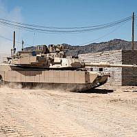 Un char Abrams américain équipé du système de défense active TROPHY développé par Israël, qui protège le véhicule blindé des attaques de roquettes et de missiles, sur une photographie non datée. (Leonardo DRS et Rafael Advanced Defense Systems Ltd.)