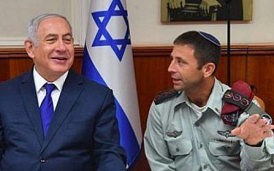 Benjamin Netanyahu (G) aux côtés de son secrétaire militaire Avi Blot lors d'une réunion du gouvernement le 16 août 2018. (Kobi Gideon/GPO)