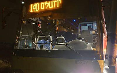 Un bus endommagé dans une fusillade terroriste présumée près de l'implantation de Beit El, dans la soirée du 5 janvier 2019 (Crédit : Armée israélienne)