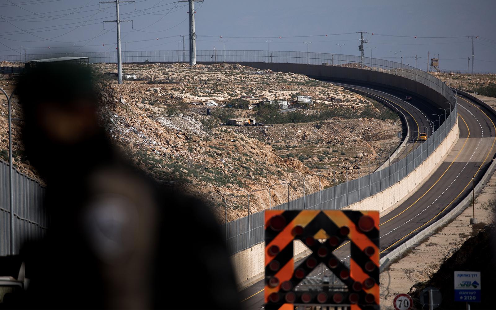 isra l ouvre une route avec un mur s parant le trafic isra lien et palestinien the times of isra l. Black Bedroom Furniture Sets. Home Design Ideas