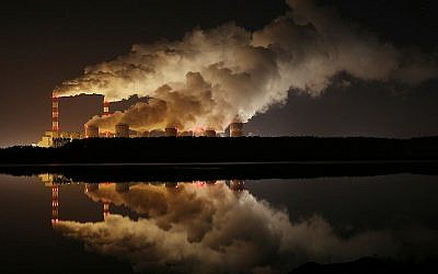 Des émanations de fumées dans plus grande centrale électrique d'Europe, à Belchatow, en Pologne, le 28 novembre 2018. (Crédit : AP Photo/Czarek Sokolowski)