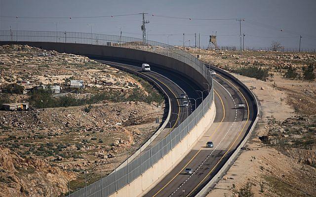 La Route 4370, avec un mur séparant le trafic israélien et palestinien, le 10 janvier 2019. (Yonatan Sindel/Flash90)