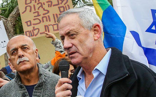 L'ancien chef d'Etat-major Benny Gantz avec les membres de la communauté druze et des activistes devant son domicile de Rosh Haayin, pendant une manifestation contre la loi sur l'Etat-nation, le 14 janvier 2019 (Crédit : Flash90)