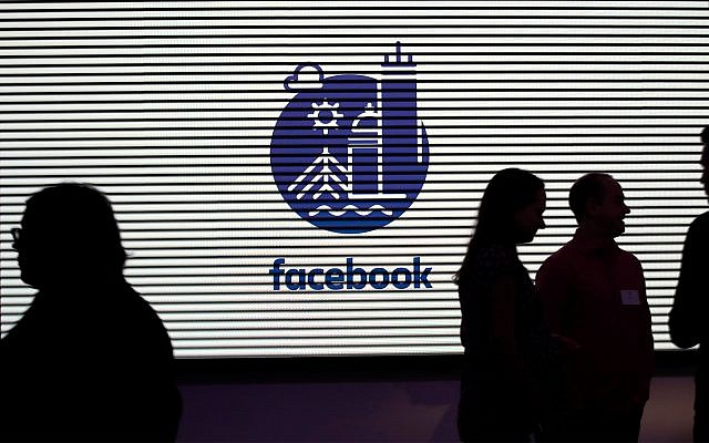 Médias et invités découvrent les nouveaux bureaux de 12 000 mètres carrés de Facebook à Cambridge, Massachusetts, le 9 janvier 2019. (AP Photo/Elise Amendola)
