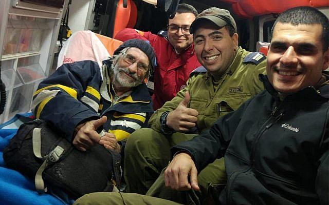 Les soldats israéliens en compagnie d'un marin français sauvé au large de la côte de Gaza, le 18 janvier 2019 (Crédit : Unité du porte-parole de l'armée israélienne)