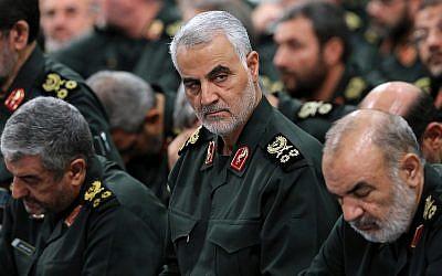 Le commandant des Gardiens de la révolution islamique, le général Qassem Soleimani,   au centre, lors d'une réunion avec le chef suprême, l'Ayatollah Ali Khamenei, et les commandants des Gardiens de la révolution à Téhéran, en septembre 2016 (Crédit : Office of the Iranian Supreme Leader via AP)