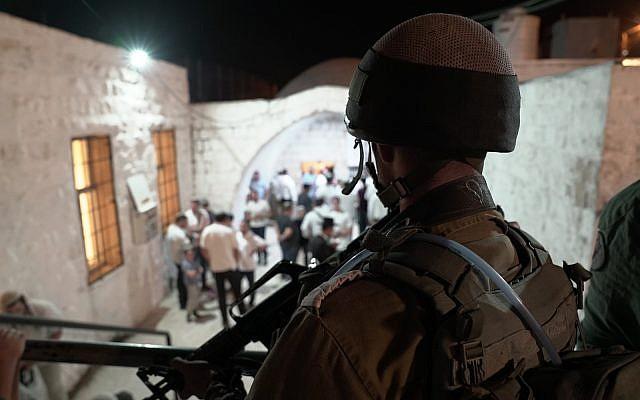Des soldats de Tsahal surveillent l'arrivée des fidèles juifs sur le lieu saint du Tombeau de Joseph, dans la ville de Naplouse, au nord de la Cisjordanie, le 26 septembre 2018. (Armée israélienne)