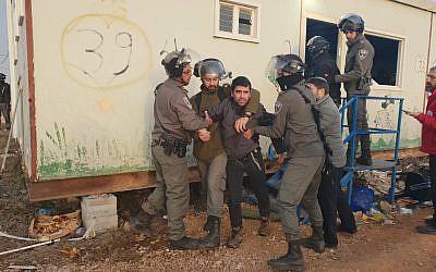 La police des frontières évacue plusieurs centaines de jeunes des implantations qui s'étaient réfugiés dans deux mobile-homes installés illégalement dans l'avant-poste d'Amona, le 3 janvier 2018. (Conseil régional de Binyamin)