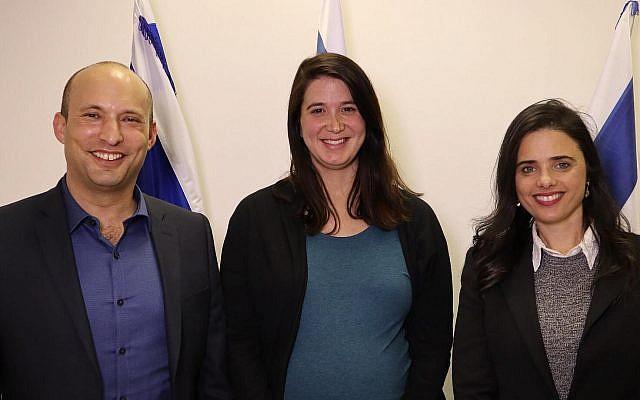 Les dirigeants de HaYamin HaHadash Naftali Bennett, à gauche, et Ayelet Shaked, à droite, avec l'activiste des droits des sourds et malentendants Shirley Pinto, le 8 janvier 2019 (Crédit : HaYamin HaHadash)