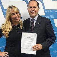 Nir Barkat, à droite, avec une responsable du Likud non-identifiée après la signature de son inscription aux primaires du parti du Likud, le 14 janvier 2019 (Autorisation)