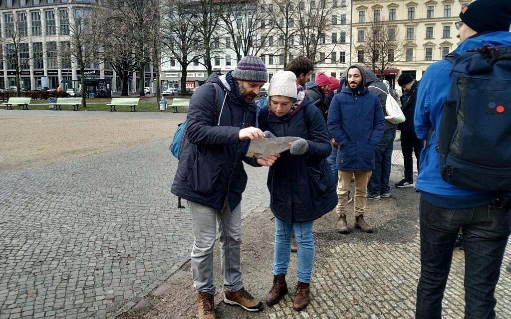 """Les organisateurs Ben Fisher (à gauche) et Anne Aulinger montrent où, dans le quartier berlinois de Kreuzberg, différents groupes nettoieront les """"stolpersteine"""" lors de la Journée internationale de commémoration de la Shoah, le 27 janvier 2019. (Yaakov Schwartz/Times of Israel)"""