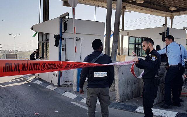 Fermeture temporaire du point de passage A'Zaim, à l'est de Jérusalem après une attaque au couteau, le 30 janvier 2019. (Crédit : police israélienne)