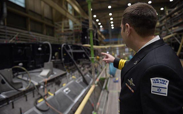 Un officier de la marine israélienne inspecte le sous-marin INS Dragon en construction à Kiel, Allemagne. Photo non-datée. (Crédit : armée israélienne)