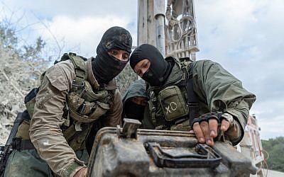 Des soldats israéliens cherchent des tunnels d'attaque creusés en Israël depuis le sud du Liban dont l'armée israélienne pense que le Hezbollah a l'intention d'utiliser dans les guerres futures, janvier 2019. (Armée israélienne)