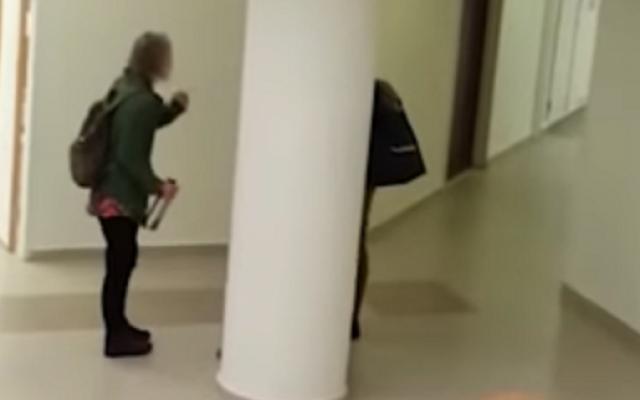 Discussion houleuse entre le Dr. Carola Hilfrich et une étudiante en uniforme militaire à l'université Hébraïque de Jérusalem (Capture écran de la vidéo)