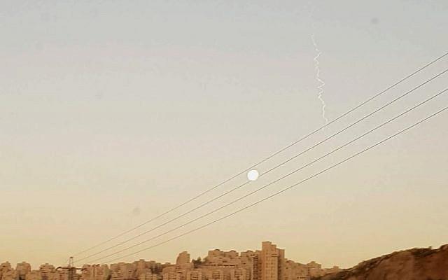 L'essai de l'Arrow 3 vu depuis Jérusalem, le 22 janvier 2019. (Crédit : Elie Leshem/Times of Israel)