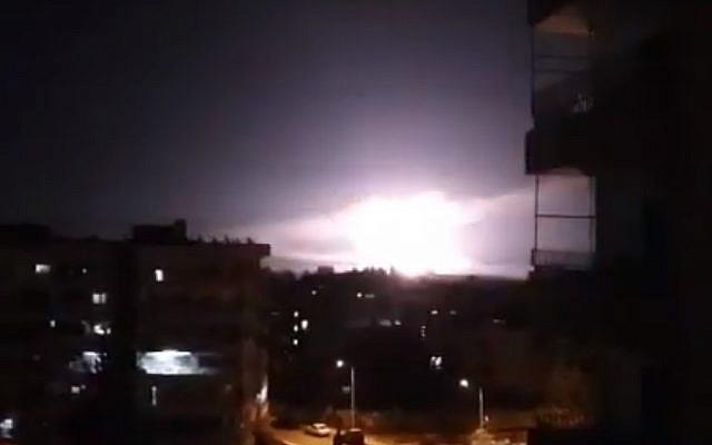 Une explosion qui se serait produite lors de frappes aériennes israéliennes près de Damas, en Syrie, le 21 janvier 2019. (Capture d'écran : YouTube)