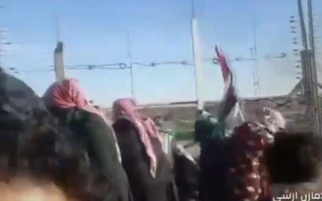 Des Palestiniens s'en prennent à la clôture frontalière de Gaza, le 11 janvier 2019 (Capture d'écran : /Hadashot news)