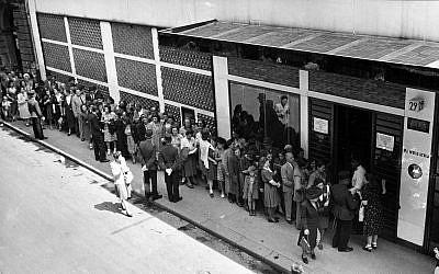 """En 1944, des Juifs hongrois font la queue devant le bâtiment """"Glass House"""", d'où le diplomate suisse Carl Lutz a aidé à sauver la vie de dizaines de milliers de personnes. (FOTO:FORTEPAN / Archiv für Zeitgeschichte ETH Zürich / Agnes Hirschi)"""