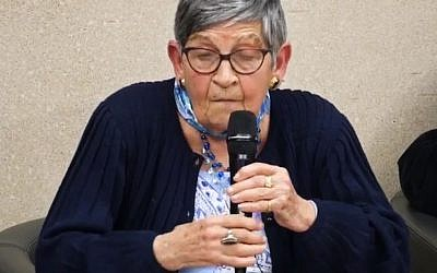 La grande témoin Ginette Kolinka, rescapée des camps de la mort, auprès de lycéens en pays de la Loire au printemps 2018. (Crédit : capture d'écran Paysdelaloire/Youtube)