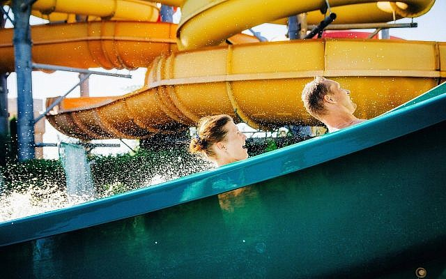 Illustration : un toboggan dans un parc aquatique. (Crédit : Bortnikau, Getty Images)