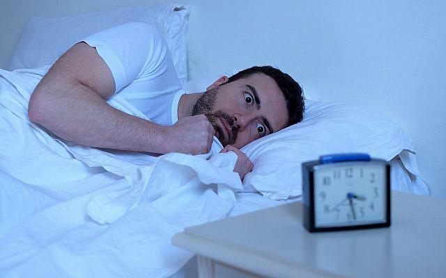 Illustration d'un homme en pleine insomnie (Crédit : tommaso79 ; iStock by Getty Images)