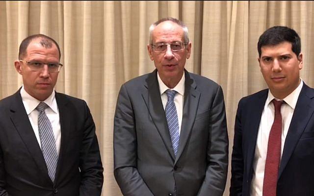 Les avocats du Premier ministre Benjamin Netanyahu, (de gauche à droite) Tal Shapira, Navot Tel Zur, et  Amit Hadad, après un entretien avec le procureur général Avichai Mandelblit, le 21 janvier 2019. (Crédit : capture d'écran Mivzak news)