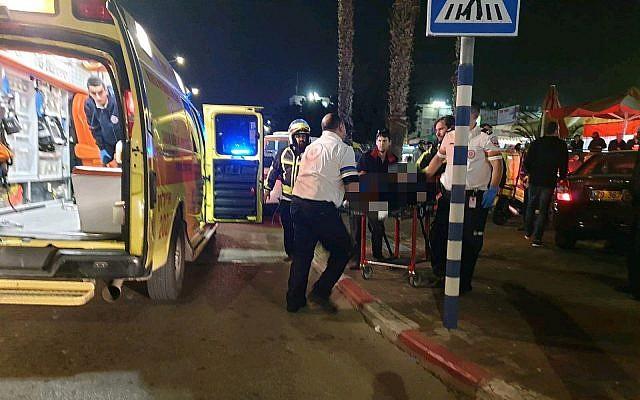 Une victime de coups de couteaux  à  Lod est évacuée par une ambulance Magen David Adom, 24 janvier 2019. (Crédit : MDA)