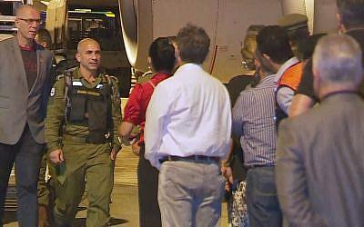 Des responsables brésiliens accueillent les équipes de l'armée israélienne venus prêter main forte aux Brésiliens après l'effondrement d'un barrage près de Brumadinho,,sur le tarmac de l'aéroport Belo Horizonte, le 27 janvier 2019 (Crédit : capture d'écran Globo TV)