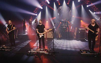 Les membres du groupe Pink Floyd Experience, en concert en Israël en janvier 2019, après avoir résisté aux pressions de chanteur des Pink Floyd, Roger Waters. (Crédit : EGOEast Productions)