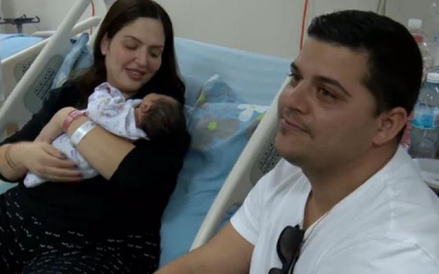 Barak Elimelech (à droite), avec sa femme Racheli et leur nouveau-né. (Crédit : capture d'écran Hadashot)