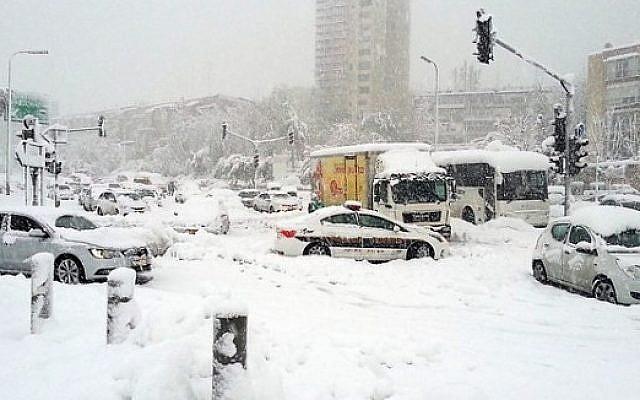 Des véhicules bloqués par la neige à l'entrée de Jérusalem en décembre 2013 (Crédit : Israel Hatzolah)