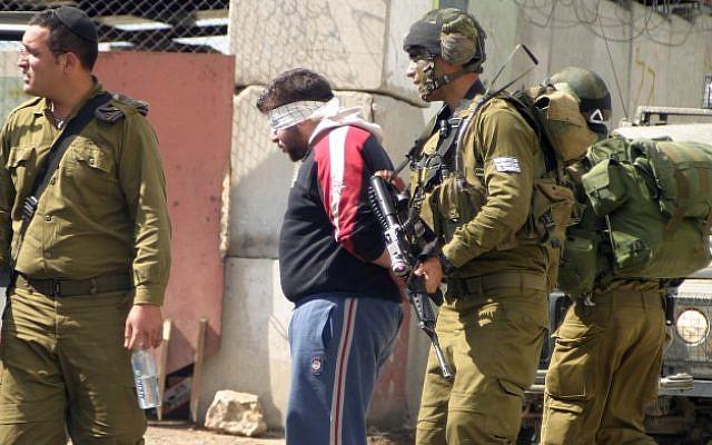 Photo illustrant l'arrestation de Palestiniens. (Najeh Hashlamoun/Flash90)
